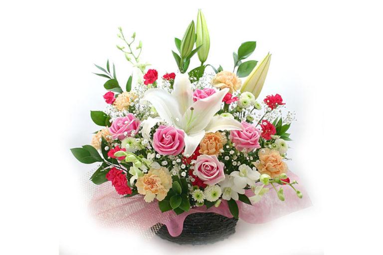 白いカサブランカをアクセントにしてピンクの薔薇などで彩られたペット用のアレンジ供花