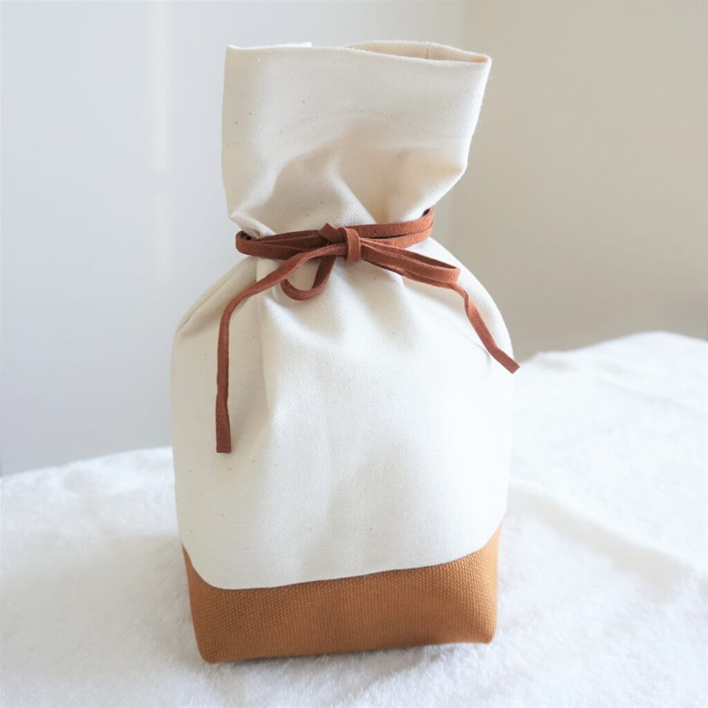 頒布生地の白と茶色のツートンカラーのお骨袋