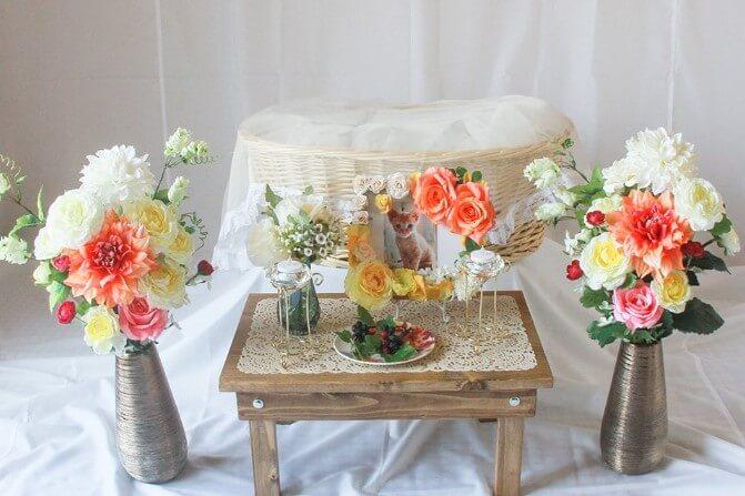 花が飾られた花瓶が2本と遺影写真が飾られた猫用の葬儀祭壇