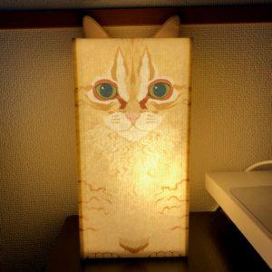 ペットの猫のイラストが描かれているランプシェード