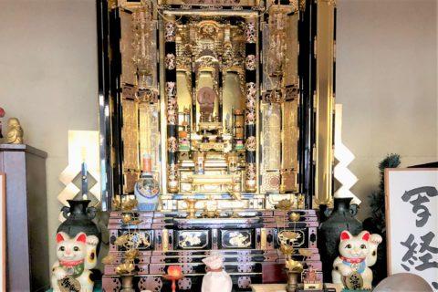 猫のお骨が安置された金色の仏壇。
