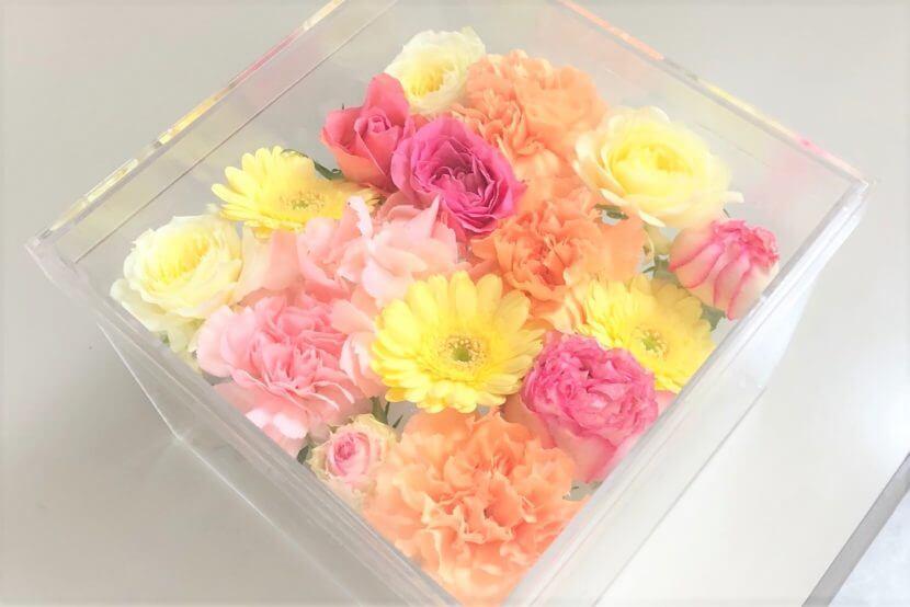 このペット火葬プランに含まれている薔薇やガーベラなどの色とりどりの花々