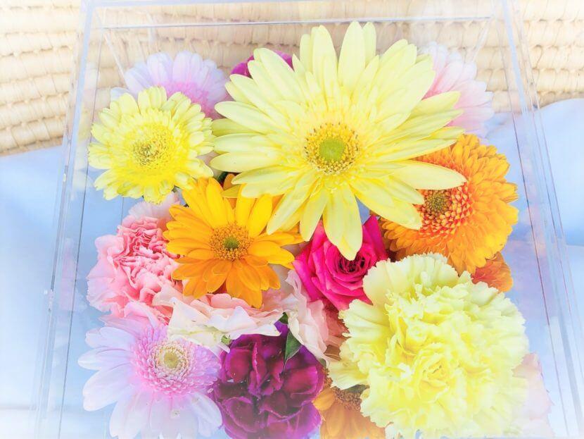 このペット火葬のプランに含まれているオレンジや黄色のガーベラやカーネーションなどの花々