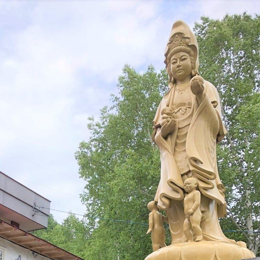 仏教の観音像を下から撮影した画像