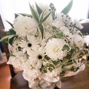 白い花を基調とした当社の5,000円のペット用アレンジ供花