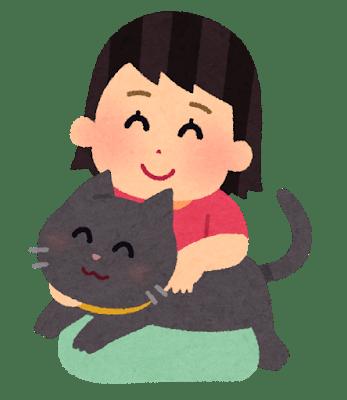 猫を抱いてうれしそうにしている女性とその猫