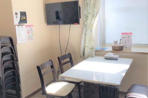 ペット火葬場の待合室テーブルとイス