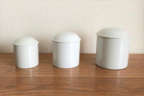 大きさの違う3つの白いペット用お骨壺が並んでいる様子