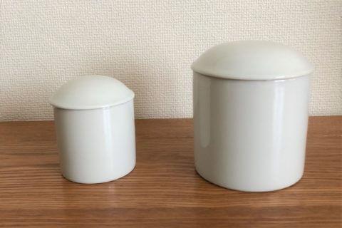 3寸(約9㎝)と4寸(約12㎝)のペット用の白い骨壺が並んでいる様子
