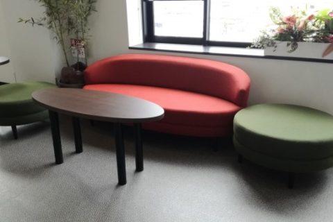 待合ロビーにあるソファとテーブルセット