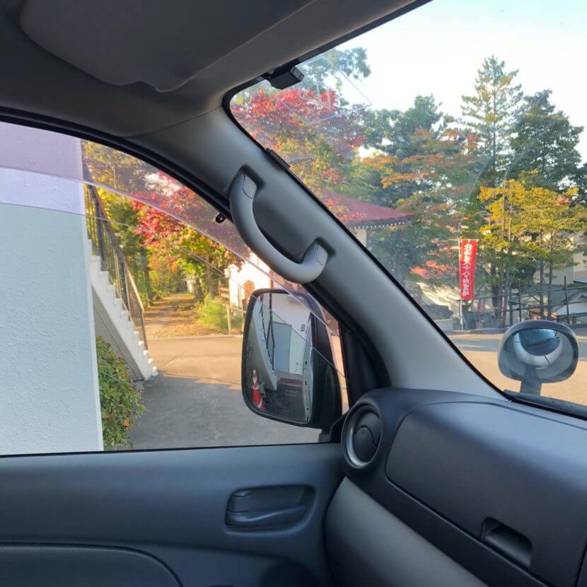 ペット火葬車の窓から見える紅葉の風景
